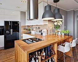 Średnia otwarta brązowa kuchnia w kształcie litery l, styl skandynawski - zdjęcie od DominikaWalczak