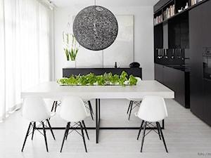 Średnia otwarta czarna szara jadalnia w kuchni, styl skandynawski - zdjęcie od DominikaWalczak