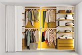 biała garderoba, z zasuwanymi drzwiami, żółte półki w garderobie