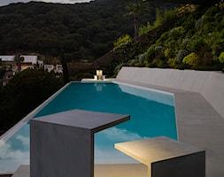 EMPTY - Średni taras z przodu domu z tyłu domu z basenem - zdjęcie od VIBIA