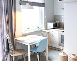 GDAŃSK ZASPA_mieszkanie na wynajem - Mała otwarta biała szara jadalnia w kuchni, styl eklektyczny - zdjęcie od PUFF