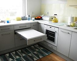 GDAŃSK ZASPA_kawalerka dla 2 osób - Średnia biała żółta kuchnia w kształcie litery l, styl vintage - zdjęcie od PUFF