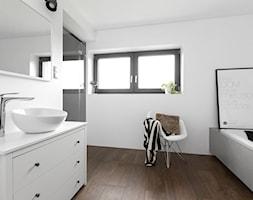 Dom w Bochni / Stabrawa.pl - Średnia biała łazienka w domu jednorodzinnym z oknem, styl minimalistyczny - zdjęcie od WWW.NIEWFORMIE.PL