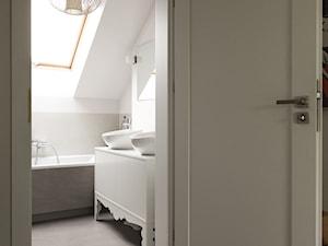 Dom pod Krakowem / Stabrawa.pl - Średnia biała beżowa łazienka na poddaszu w domu jednorodzinnym z oknem, styl klasyczny - zdjęcie od WWW.NIEWFORMIE.PL