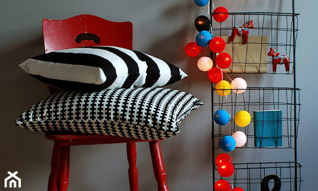 kolorowe cotton balls na drucianej półce, czerwone krzesło, poduszka w paski