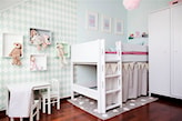 łóżeczko dziecięce na antresoli, drewniana podłoga, szary dywan w białe kropki, błękitna ściana