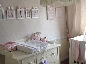 Mały beżowy pokój dziecka dla chłopca dla dziewczynki dla niemowlaka - zdjęcie od PETICADO
