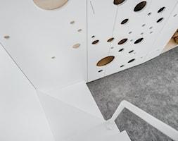 Apartament w Krakowie - Mały biały pokój dziecka dla chłopca dla dziewczynki dla malucha, styl nowoczesny - zdjęcie od MUS ARCHITECTS
