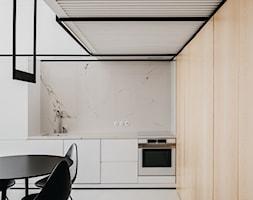 Apartament w Krakowie - Średnia otwarta biała kuchnia w kształcie litery l, styl minimalistyczny - zdjęcie od MUS ARCHITECTS