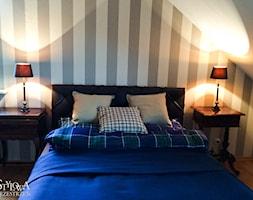 W męskim stylu - Mała szara sypialnia małżeńska na poddaszu, styl kolonialny - zdjęcie od Stylowa Przestrzeń
