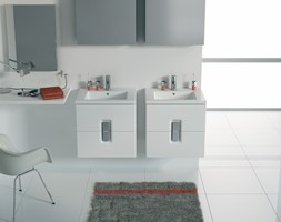 Umywalki - Mała biała łazienka na poddaszu w bloku w domu jednorodzinnym z oknem, styl minimalistyc ... - zdjęcie od KOŁO - Homebook