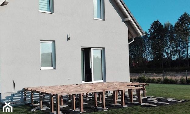 budowa tarasu na drewnianych słupach