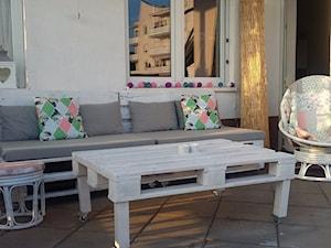 #meblezpalet - Mały taras z przodu domu z tyłu domu - zdjęcie od Karolina Polakowska