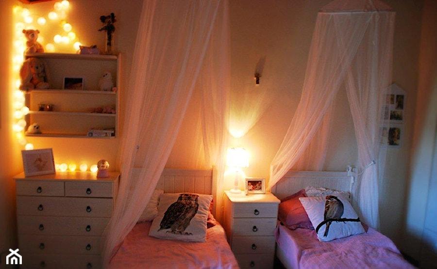 Mały szary pokój dziecka dla chłopca dla dziewczynki dla rodzeństwa dla malucha, styl rustykalny - zdjęcie od roomrebel