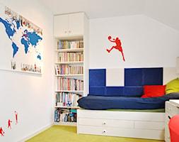 Bendi - Mały biały pokój dziecka dla chłopca dla ucznia dla nastolatka, styl nowoczesny - zdjęcie od roomrebel