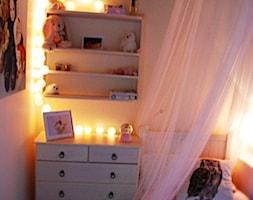 Sypialnia portugalskich księżniczek - Mały szary pokój dziecka dla dziewczynki dla malucha, styl rustykalny - zdjęcie od roomrebel