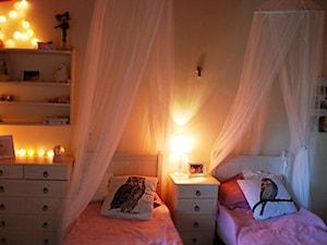 Sypialnia portugalskich księżniczek - Mały szary pokój dziecka dla chłopca dla dziewczynki dla rodzeństwa dla malucha, styl rustykalny - zdjęcie od roomrebel