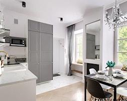 Mieszkanie na Mariensztacie - Mały szary salon z kuchnią z jadalnią - zdjęcie od ZAPROJEKTOWANA - Homebook
