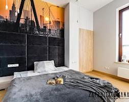 Apartament w stylu skandynawskim - Średnia szara czarna sypialnia małżeńska, styl nowoczesny - zdjęcie od ZAPROJEKTOWANA - Homebook