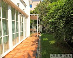 Prywatny ogród w barwach zieleni i bieli. - Mały ogród za domem tropikalny - zdjęcie od ZAPROJEKTOWANA