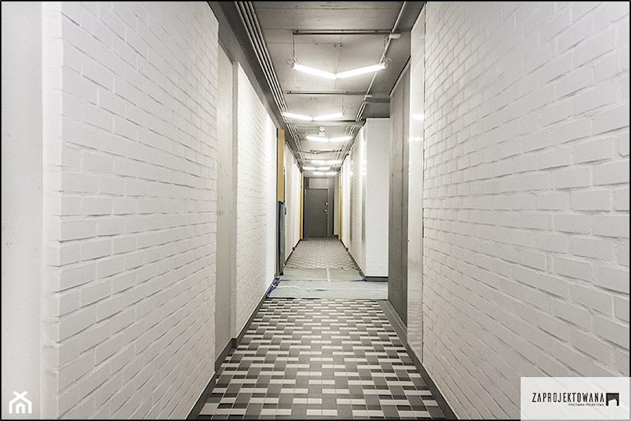 mini akademik Osiedle Koneser - Średni biały hol / przedpokój, styl industrialny - zdjęcie od ZAPROJEKTOWANA