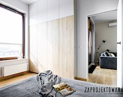 Apartament w stylu skandynawskim - Mała biała szara sypialnia małżeńska, styl nowoczesny - zdjęcie od ZAPROJEKTOWANA - Homebook
