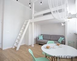 Apartament w stylu skandynawskim - Mała biała sypialnia małżeńska na antresoli, styl skandynawski - zdjęcie od ZAPROJEKTOWANA