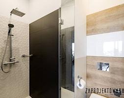 Apartament w stylu skandynawskim - Mała biała łazienka na poddaszu w bloku w domu jednorodzinnym be ... - zdjęcie od ZAPROJEKTOWANA - Homebook