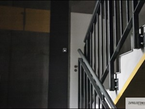 mini akademik Osiedle Koneser - Średnie wąskie schody jednobiegowe betonowe, styl industrialny - zdjęcie od ZAPROJEKTOWANA