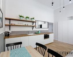 Apartament w stylu skandynawskim - Mała biała kuchnia jednorzędowa w aneksie, styl skandynawski - zdjęcie od ZAPROJEKTOWANA - Homebook