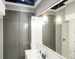 Mieszkanie na Mariensztacie - Średnia szara łazienka w bloku w domu jednorodzinnym bez okna - zdjęcie od ZAPROJEKTOWANA - Homebook