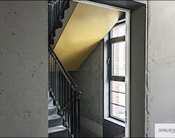 mini akademik Osiedle Koneser - Średnie wąskie schody trójbiegowe betonowe, styl industrialny - zdjęcie od ZAPROJEKTOWANA