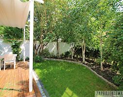 Prywatny ogród w barwach zieleni i bieli. - Średni ogród za domem w stylu skandynawskim - zdjęcie od ZAPROJEKTOWANA