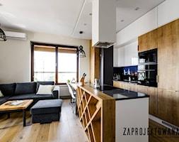 Apartament w stylu skandynawskim - Średnia otwarta biała kuchnia dwurzędowa w aneksie z wyspą z okn ... - zdjęcie od ZAPROJEKTOWANA - Homebook