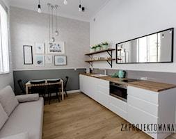 Apartament w stylu skandynawskim - Mała otwarta biała szara kuchnia jednorzędowa w aneksie z oknem, ... - zdjęcie od ZAPROJEKTOWANA - Homebook