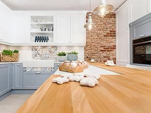 Klasyczny eklektyzm - Średnia zamknięta biała kolorowa kuchnia w kształcie litery u z wyspą, styl klasyczny - zdjęcie od Artur Krupa - Fotografia Wnętrz - cała Polska