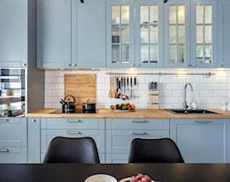 Niebiańsko niebieski - Średnia otwarta biała szara kuchnia jednorzędowa w aneksie z oknem, styl klasyczny - zdjęcie od Artur Krupa - Fotografia Wnętrz - cała Polska - Homebook