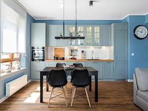 Niebiańsko niebieski - Średnia otwarta niebieska kuchnia jednorzędowa z oknem, styl klasyczny - zdjęcie od Artur Krupa - Fotografia Wnętrz - cała Polska