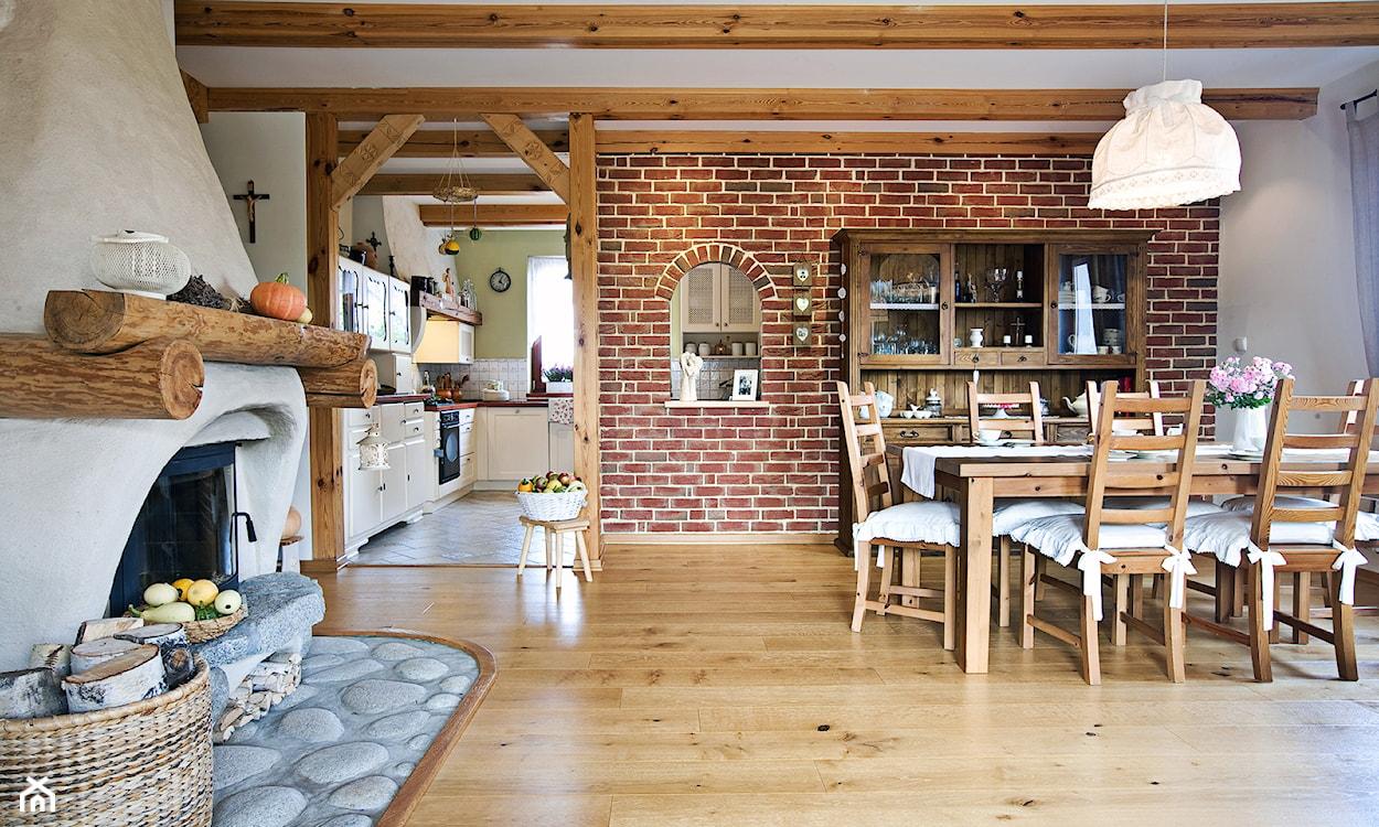 salon z jadalnią w stylu rustykalnym