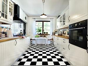 100% design - Duża zamknięta biała szara kuchnia dwurzędowa z oknem, styl klasyczny - zdjęcie od Artur Krupa - Fotografia Wnętrz - cała Polska