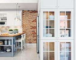 Klasyczny eklektyzm - Duża otwarta biała kolorowa kuchnia w kształcie litery l z wyspą z oknem, styl klasyczny - zdjęcie od Artur Krupa - Fotografia Wnętrz - cała Polska