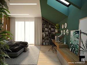 Dom pod lasem - Średnia biała zielona sypialnia małżeńska na poddaszu, styl nowoczesny - zdjęcie od FRS ARCHITEKCI