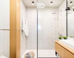 Dom dla rodziny z dziećmi - Mała biała łazienka na poddaszu w bloku w domu jednorodzinnym bez okna, ... - zdjęcie od wz studio - Homebook