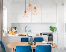 80 m2 w Warszawie - Średnia otwarta biała jadalnia w kuchni, styl nowoczesny - zdjęcie od wz studio