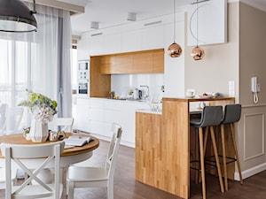 Mieszkanie w Lublinie - Średnia otwarta biała beżowa kuchnia w kształcie litery l w aneksie z oknem, styl nowoczesny - zdjęcie od wz studio