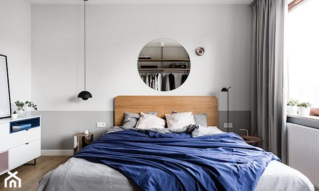 lustro nad lozkiem w sypialni