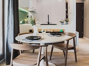 Gdańsk. ul.Szafarnia - Mała otwarta biała jadalnia w salonie, styl nowoczesny - zdjęcie od Raca Architekci