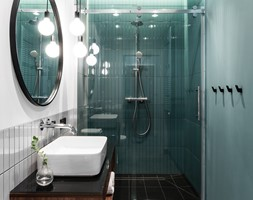 Gdańsk. Ul.Jaglana - Mała czarna niebieska szara łazienka w bloku w domu jednorodzinnym bez okna, styl vintage - zdjęcie od Raca Architekci