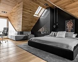 Sopot. ul.Okrężna - Duża biała czarna sypialnia małżeńska na poddaszu, styl nowoczesny - zdjęcie od Marta Raca - Homebook