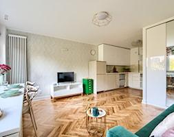 Zielony Żoliborz - Mały biały salon z kuchnią z jadalnią, styl eklektyczny - zdjęcie od IDEALS . marta jaślan interiors